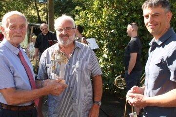 Jürgen Löschner (v. l.) erhielt von Prof. Gerd Kaden und Sohn Matthias Kaden ein Sterling-Motor-Modell.