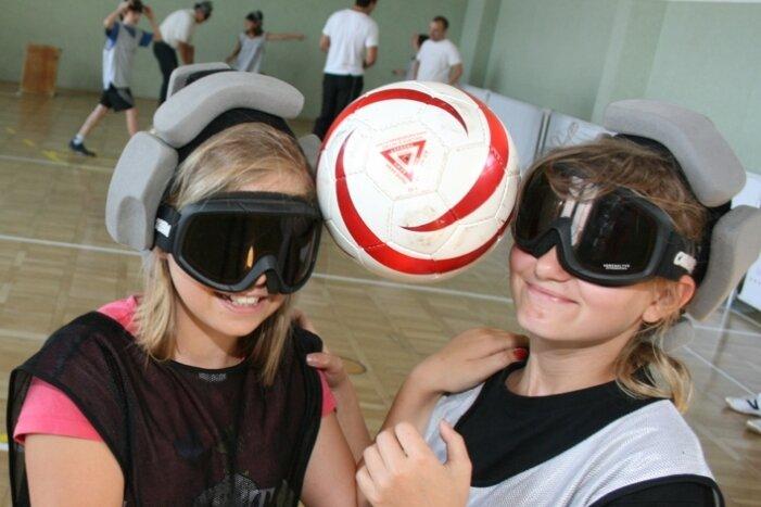Gemeinsam sind sie stark: Josy und Sarah sind beim Blindenfußball aufeinander angewiesen. Eine gute Schule für das Leben.