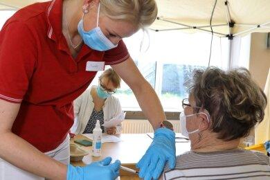 Hannelore Porzig erhielt am Sonntag die Impfung im Schützenhaus. Der Tag war komplett für Callenberger und Gersdorfer reserviert.