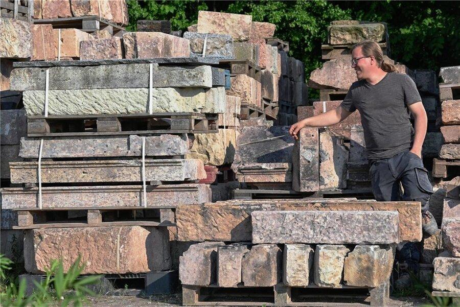 Steinmetz-Meister Till Apfel (35) in seinem Reich der Steine. Von Abbruchbaustellen hat er im Laufe der Jahre tonnenweise Blöcke gesichert, die für Denkmalschutz-Arbeiten wiederverwendet werden können. Weil das aber dennoch oft mit allerlei Kompromissen verbunden ist, wirbt er für einen neuen Steinbruch.