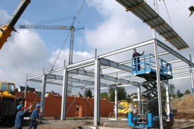 Ein Blick in die Unternehmensgeschichte: Die Ehrenfriedersdorfer sind bei ganz verschiedenen Aufgaben gefragt. Wie 2010 beim Aufbau des Stahlgerüstes für das Crottendorfer Feuerwehrdepot.
