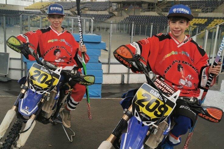 Mit dem Motorrad in der Eissporthalle - für das Pressefoto geht so etwas mal. Denn die Zwillinge Simon (links) und Darius Delling haben Eishockey und Motocross als gemeinsame Hobbys.