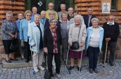 Die Ehemaligen vor der Fichte-Oberschule. Siegfried Sähmisch (r.) hat das Treffen organisiert.