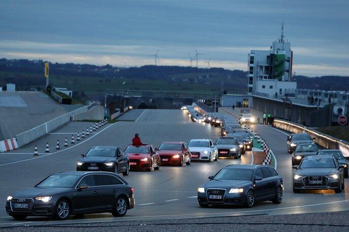 Zweiter Rekordversuch am Abend: Mehr als 300 Audis fuhren, zuletzt sogar zweispurig, eine Parade auf dem Sachsenring