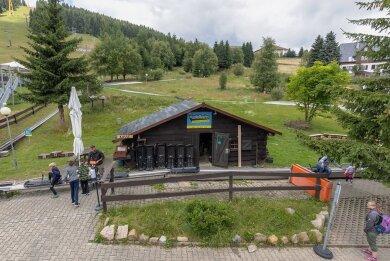 Die Blockhütte, die als Funktionsgebäude der Sommerrodelbahn dient, wird erneuert und etwas vergrößert. Das passiert allerdings erst nach der Saison.