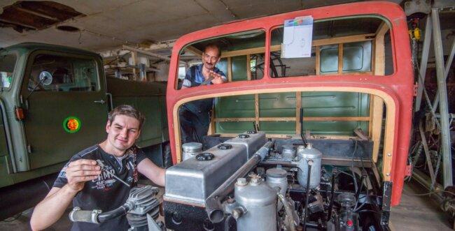 Sven Grünzig (vorn links) und sein Vater Uwe Grünzig (hinten) restaurieren in Neukirchen einen Oldtimer-Lkw Ifa G 5. Das Auto hatten sie in den 1990er-Jahren von einem Landwirtschaftsbetrieb für einen symbolischen Schrottpreis erhalten.