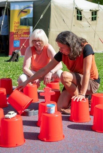 Christel Held (l.) vom Zelt-Team sowie Diakonie-Mitarbeiterin Kerstin Rudolph bei einem Memoryspiel.