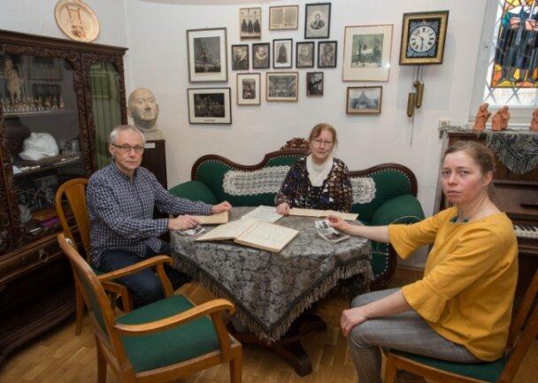 """Johannes Stuhlemmer vom Mauersberger Freundeskreis sichtet mit Sylvia Rodriguez Brito (Mitte) und Heidi Kärmer vom Mauersberger Museum erstes Material für die neue Ausstellung """"Musik im Dorf""""."""