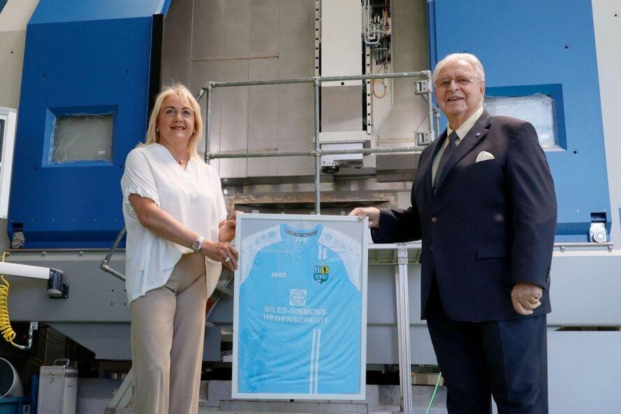 Zusammenarbeit verlängert: Romy Polster, Vorstandschefin des CFC und Sponsor Hans Jürgen Naumann.