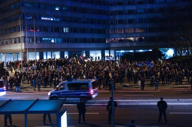 Die Demo von Pro Chemnitz verlief diesmal in Richtung Falkeplatz und zurück. Bislang war der ganze Innenstadtring Demostrecke am Freitagabend.