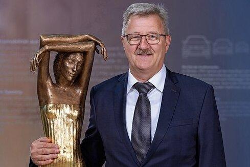 """Konnte als Sachsens Unternehmer des Jahres 2019 """"Die Träumende"""" nach Hause holen: Holger Födisch, Chef der Dr. Födisch Umweltmesstechnik AG, aus Markranstädt."""