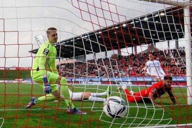 Dominic Baumann (r.) trifft zum 1:0 für Zwickau. Viktoria-Torhüter Julian Krahl kann nicht mehr eingreifen.