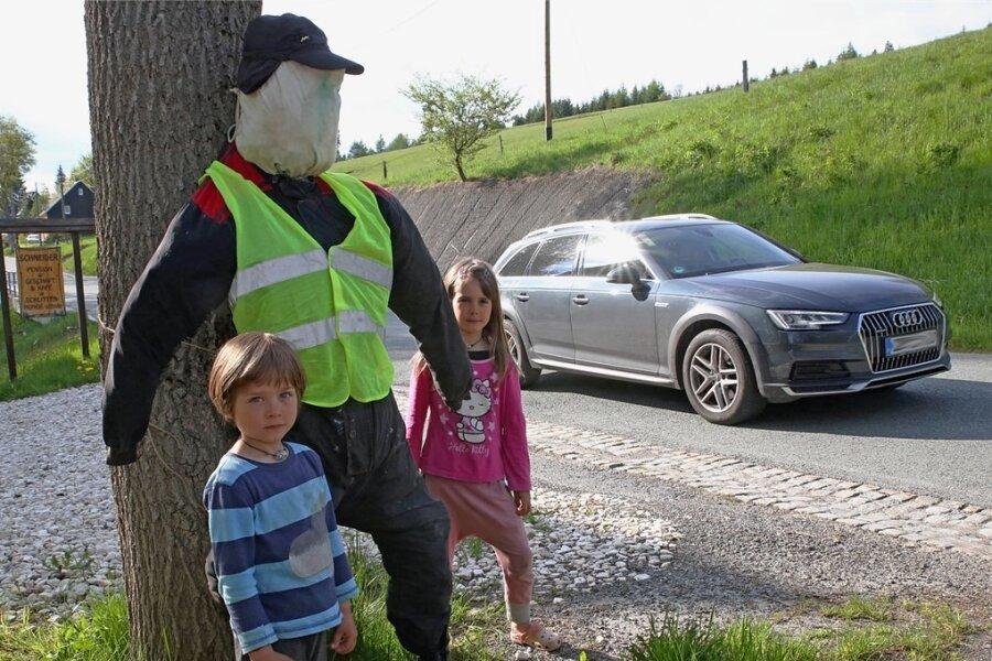 Emma und Rudolf hoffen wie ihre Eltern, dass die Raserscheuche Wirkung zeigt. Die meisten Autofahrer halten sich an die innerörtliche Geschwindigkeitsbegrenzung, das Problem sind zumeist Motorradfahrer.