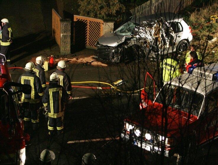 Für den 68-jährigen Fahrer des VW, der in Taltitz gegen die Autobahnbrücke krachte, kam jede Hilfe kam zu spät.