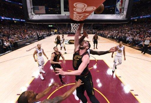 Kevin Love (m.) bleibt den Cleveland Cavaliers erhalten