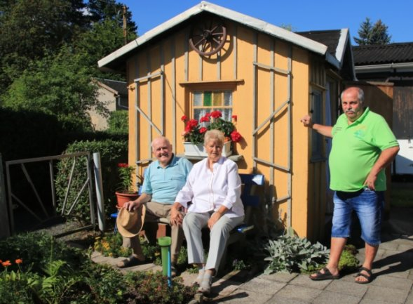 Dank des Vorsitzenden Holger Schnabel (rechts) und dem Vorstand des Vereins fühlen sich Christa und Helmut Herrmann in der gepflegten Gartenanlage zwischen vielen jungen Leuten pudelwohl.