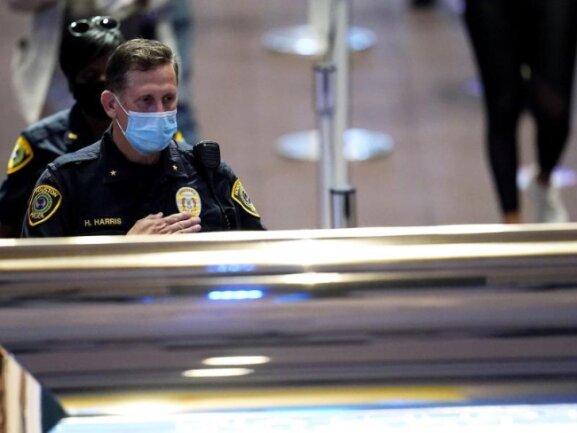 Der Polizeibeamte H. Harris aus Houston trauert vor dem aufgebahrten Sarg von George Floyd.