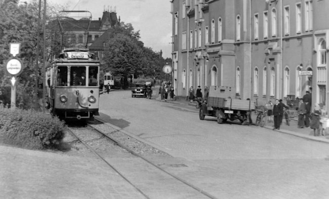 Die alte Straßenbahn vor dem Krieg, hier am Bahnhof in Hohenstein-Ernstthal. Von hier aus ging es nach Oelsnitz.