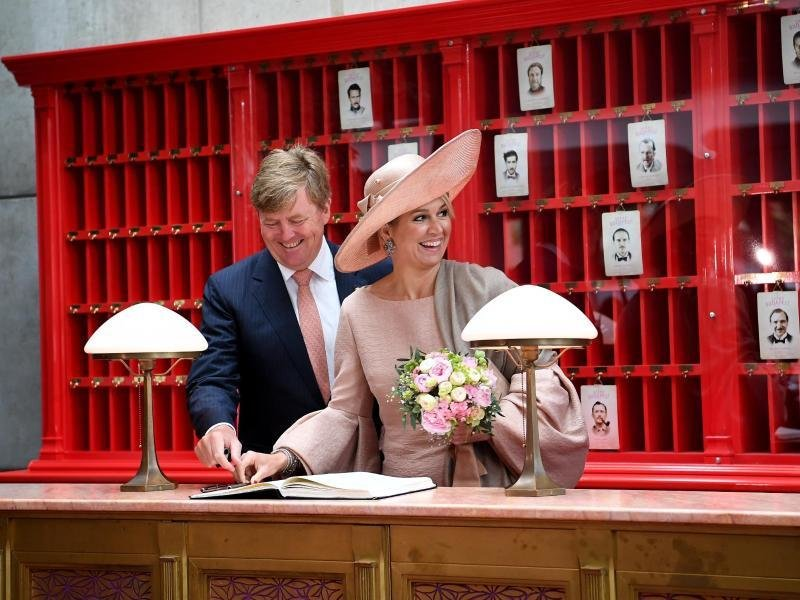 Einchecken am Set: König Willem-Alexander (l) und Königin Maxima in der Kulisse des Films «Grand Budapest Hotel» in Babelsberg: