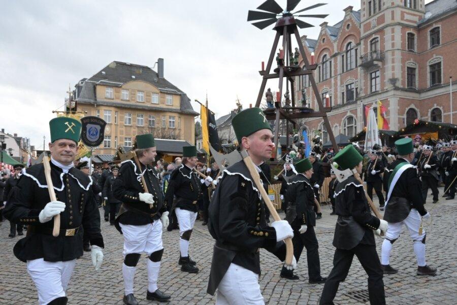 Die großen Bergparade des Sächsischen Landesverbandes der Bergmanns-, Hütten- und Knappenvereine war im vergangenen Jahr ein Höhepunkt des Stollberger Weihnachtsmarktes.