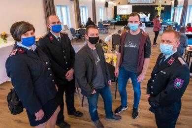 Jonas Völckel (Zweiter von rechnts) und Stefan Macher (Mitte) führten Besucher durchs neue Begegnungszentrum.