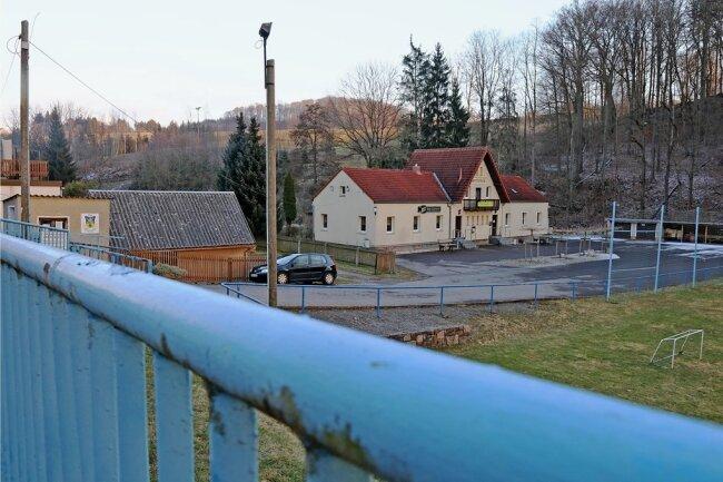 Ende März soll Baubeginn im Sportlerheim des VfL Wildenfels an der Lindenallee 20 sein. Der Stadtrat hat dazu zehn Baubeschlüsse gefasst und Aufträge in Höhe von mehr als 167.000 Euro ausgelöst. Die größten Brocken dabei sind die Installation von Heizung und Sanitär (knapp 64.600 Euro), die die Kirchberger Firma Wilfert und Ringel übernehmen soll, und die Baumeisterarbeiten (knapp 47.000Euro), um die sich die Härtensdorfer Baugesellschaft aus Wildenfels kümmern soll. Insgesamt rechnet die Stadt für die Modernisierung des Sportzentrums mit Ausgaben in Höhe von 192.000 Euro (davon 130.000 Euro Fördergeld). Die Sanierung war nötig geworden, weil im Heim der Blau-Gelben in den vergangenen Jahren innen so gut wie nichts saniert wurde. Die Elektroanlage stamme noch aus den 1960er-Jahren, so Bürgermeister Tino Kögler (parteilos). Das Sportlerheim diente in Vor-Corona-Zeiten auch dem Stadtrat als Heimstätte für seine Sitzungen.upa