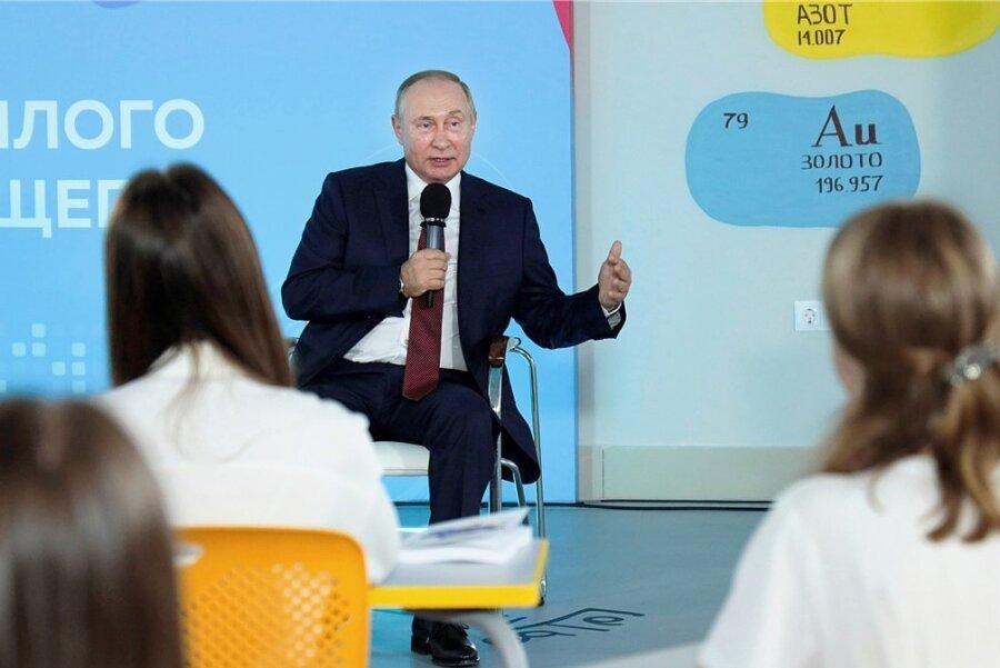Putin im Gespräch mit Schülern.