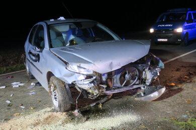 Bei einer Kollision mit einem Baum ist eine Peugeot-Fahrerin verletzt worden.
