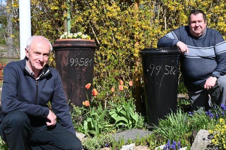 Beim Essen-Tausch: Ullrich Schmidt (links) hatte seit 1983 den Schornstein der 99581 im Vorgarten. Darüber freute sich jetzt Matthias Büttner (rechts), Bahnbetriebsleiter der Museumsbahn Schönheide.