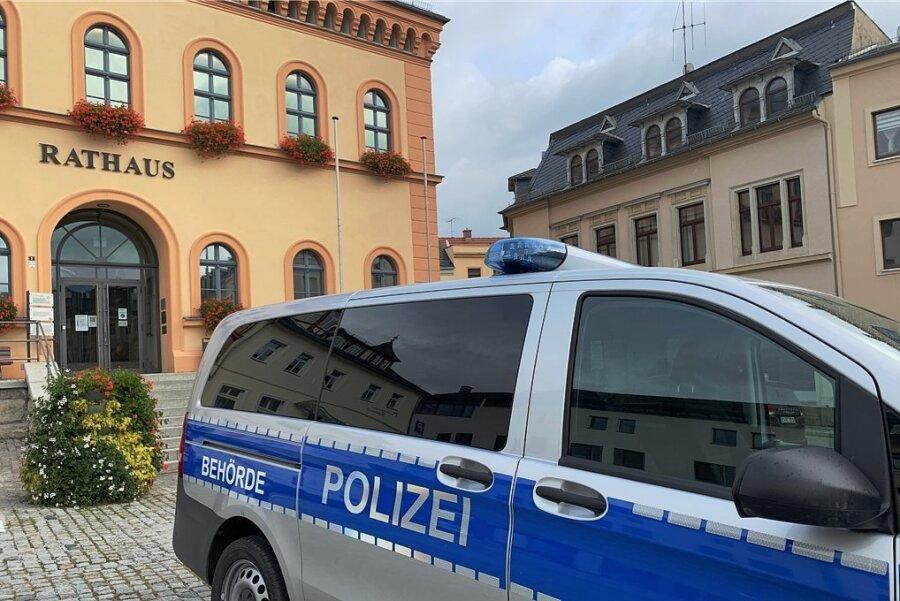 In diesem Polizei-Behörden-Bus finden die Sprechstunden statt.