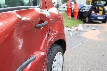 Bei der Kollision erlitten drei Autos Blechschäden.