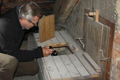 Wolfram Mainer kontrolliert die Nisthilfe der Turmfalken im Kirchturm in Neukirchen.