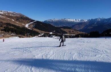 Saisonausklang beim Wintersport? Nein, Skifahren in Serfaus in Österreich Ende Dezember auf präparierten Pisten mit Schnee aus Quellwasser. Die Touristiker sind auf schneearme Zeiten eingestellt.