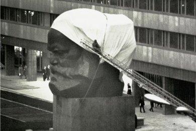 In Einzelteilen wird es angeliefert, vor Ort zusammengeschweißt und schließlich am 9. Oktober 1971 eingeweiht: das Karl-Marx-Monument.
