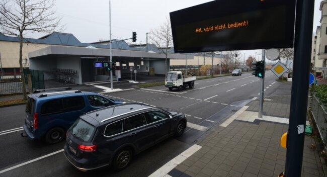 Busse der Linien 21 und 31 sollen ab Sonntag am neuen Bahnhofs-Zugang Dresdner Straße Station machen, werktags im Zehn-Minuten-Takt. Neue Ampeln und Einbahnstraßen bringen Änderungen für Autofahrer mit sich.