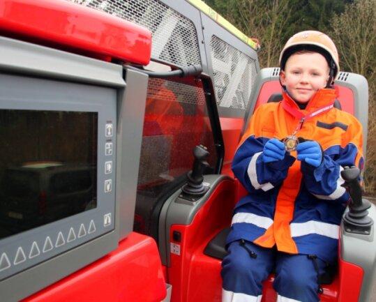 Die Schnee-Drehleiter von Alexander Schilling ist zwar längst geschmolzen. Dafür durfte er für das Foto auf die richtige Drehleiter steigen - die der Lengenfelder Feuerwehr.