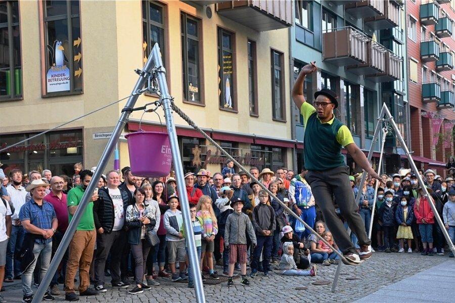 Auch Seiltanz-Akrobatik wie hier in der Inneren Klosterstraße gehörte zum Programm.