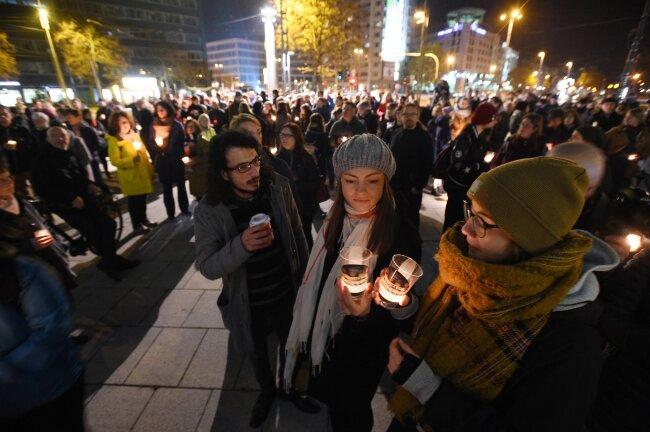 """Teilnehmer der Aktion """"Lichterwege"""" am Stefan-Heym-Platz."""