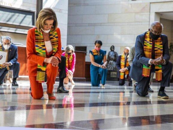 Nancy Pelosi (vorne, l), Sprecherin des US-Repräsentantenhauses, und führende US-Demokraten knien in der «Emancipation» Halle des US-Kapitols.