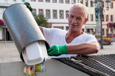 Bauhofmitarbeiter wie Dietmar Greif leeren täglich die Mülleimer im Rochlitzer Stadtzentrum. Oft entsorgen Bürger in den Behältern auch ihren Hausmüll. Mitunter landet der Müll auch im Stadtgebiet.