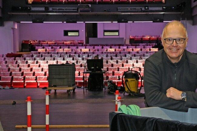 Ralf Strobelt kümmert sich um den reibungslosen Ablauf hinsichtlich notwendiger Umbauten und Veränderungen auf der Bühne. In seiner Freizeit betreut der Fußballanhänger die Internetseite www.fsv-fan.de.