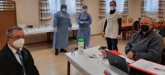 Bürgermeister Bernd Hubricht (CDU, von links nach rechts) besuchte am Montag Kerstin Kühsel, Christina Hertwig, Esther Bendel und Ullrich Schmidt vom Deutschen Roten Kreuz zur Eröffnung des neuen Corona-Testzentrums im Dörflichen Gemeinschaftszentrum in Reinsberg.