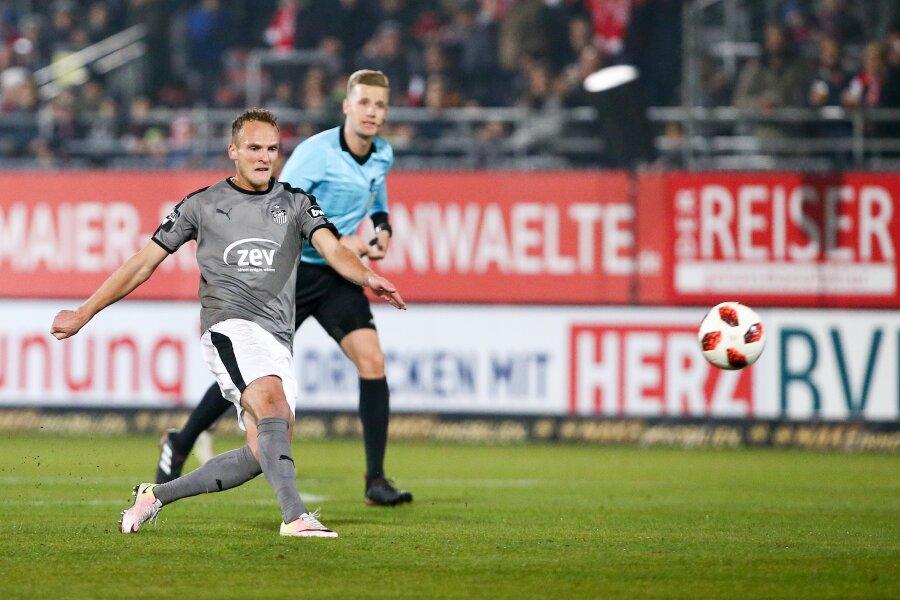 Feines Füßchen: Zwickaus Mittelfeldstratege Julius Reinhardt zieht zum 1:0 ab.