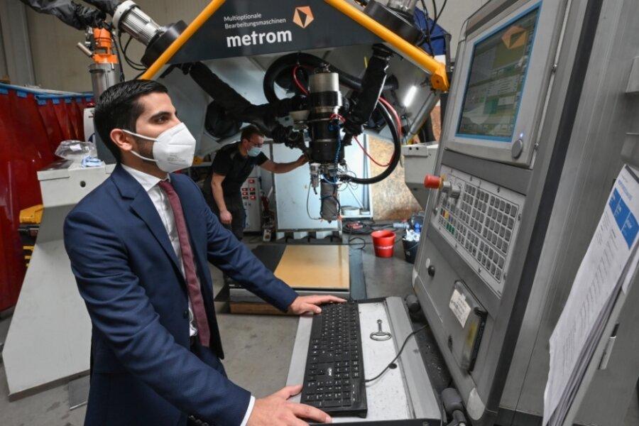 Mitarbeiter Hugo Albero Rojas programmiert eine 3D-Druck-Maschine, die im Hartmannsdorfer Unternehmen Metrom entwickelt wurde.