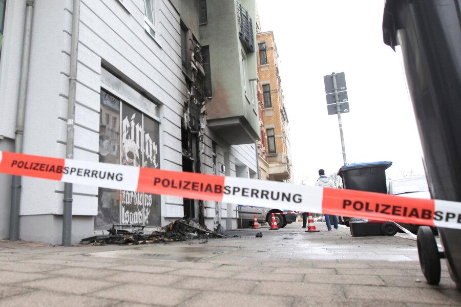 """Die Plauener Feuerwehr musste in der Nacht von Freitag zu Samstag zum Löscheinsatz in den Thor-Steinar-Laden """"Oseberg"""" ausrücken."""