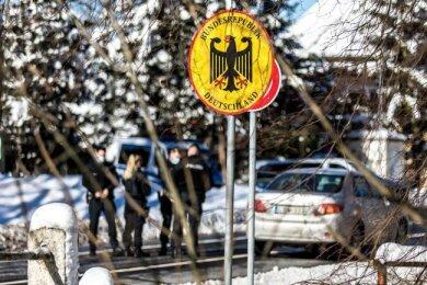 Polizisten kontrollieren Autofahrer am deutsch-tschechischen Grenzübergang.