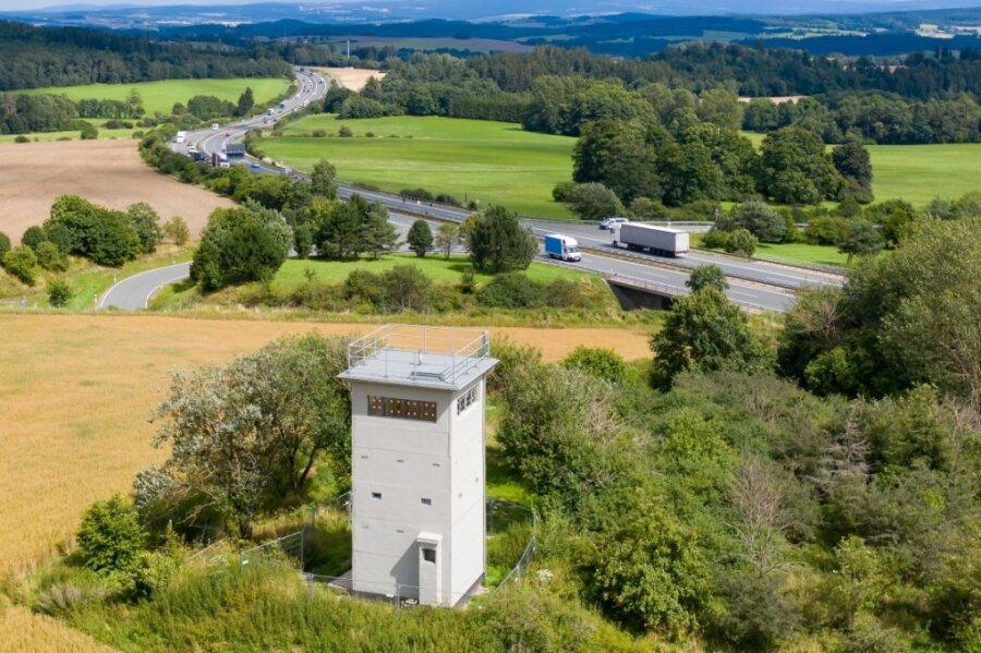 Bis heute ein mahnendes Denkmal: der einstige Grenzturm Heinersgrün. Der Vogtlandkreis hat das markante Gebäude in Sichtweite der A 72 gekauft und saniert es. Außen sind die Arbeiten bereits abgeschlossen, nun steht die Sanierung im Inneren an. Nächstes Jahr soll alles fertig sein.