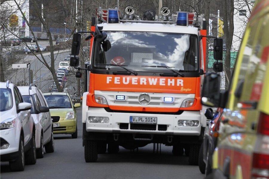 Bisher sind einige Berufsfeuerwehrleute in Plauen sowohl bei Bränden als auch im Rettungsdienst im Einsatz. Ob das so bleibt, darüber soll zum Jahresende der Stadtrat entscheiden. Die Stadtverwaltung und mehrere Stadtratsfraktionen haben dazu unterschiedliche Auffassungen.