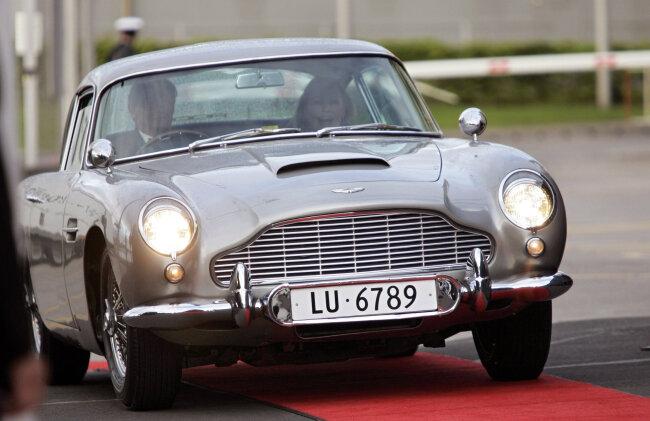 Schauspielerin Ursula Andress fährt James Bonds Aston Martin DB5 zur Feier ihres 70. Geburtstags (Foto aus dem Jahr 2006).