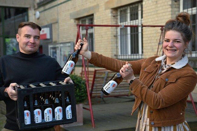 """Julia Voigt vom Kulturbündnis Hand in Hand mit dem Reichenbrander Brauereichef Michael Bergt und einem Kasten des Chemnitzer """"Kulturbiers"""", das am Freitag in den Handel gelangt. Das Projekt nach einer Idee von Michael Bergt wurde von Unternehmern und Kreativen gemeinsam gestemmt."""